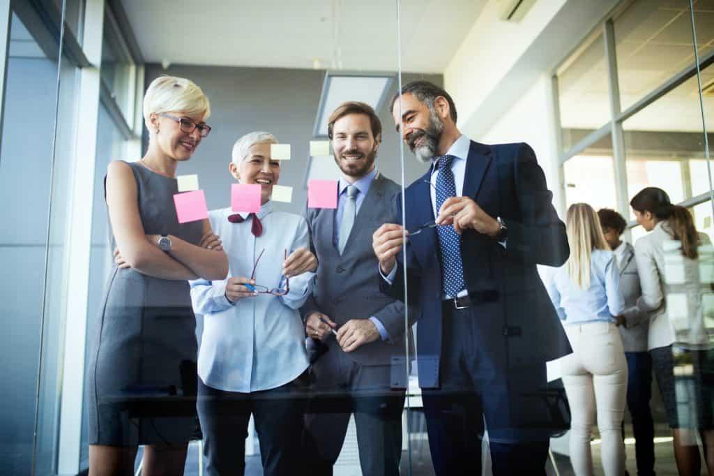 Erfolgreicher Teamleiter und Geschäftsinhaber führt informelles internes Geschäftstreffen