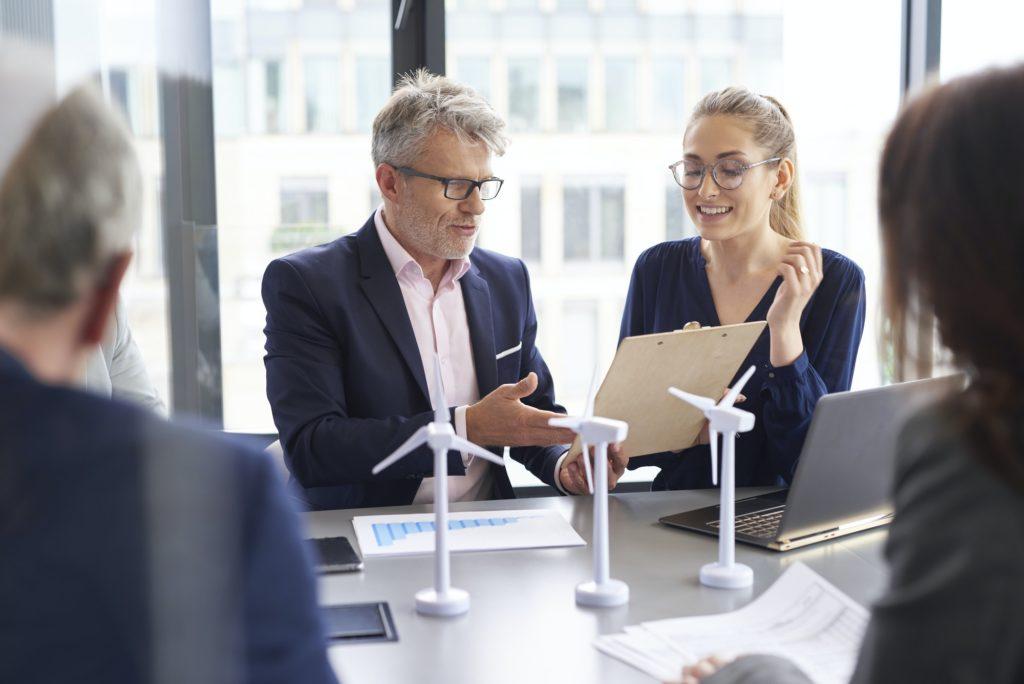 Uomini d'affari durante una riunione d'affari